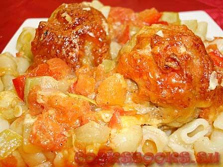 Тефтели запечённые с кабачками, перцем, под томатным соусом